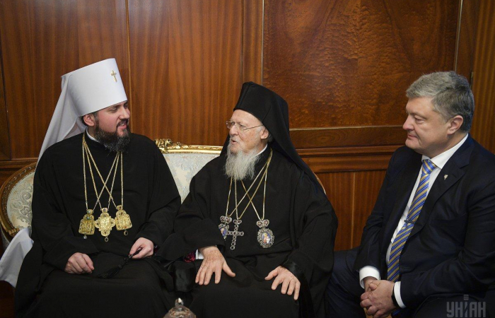 Bartholomew I signs tomos granting Ukrainian church independence